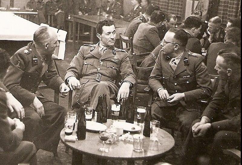 Kolonel Antoni te midden van zijn officieren