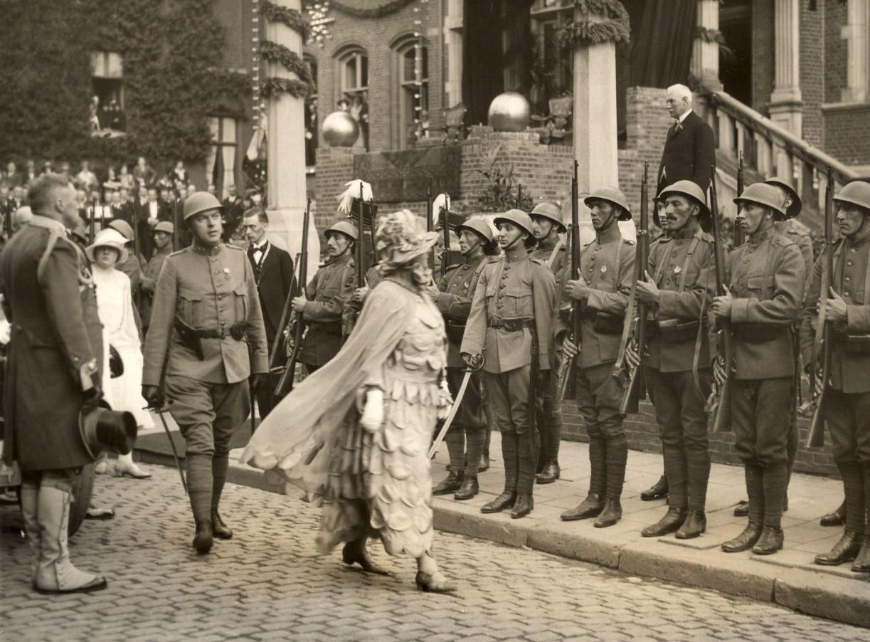 Landstormkorpers tonen hun Mobilisatiemedaille aan Koningin Wilhelmina
